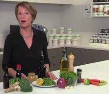 BUENAS MANERAS DE SAZONAR TUS VERDURAS: Susan Bowerman explica las mejores maneras de sazonar tus verduras. Los vegetales hervidos pueden ser aburridos, prueba estos condimentos para darle vida al sabor de tus vegetales con hierbas, especias, aceites, caldos, cítricos, el ajo, el vinagre, la sal y la pimienta. Lleva tus verduras de débil a deliciosas con condimentos para tus verduras. Usa estos grandes trucos para las zanahorias, vegetales, hojas verdes, y el brócoli para traerle sabor a las…