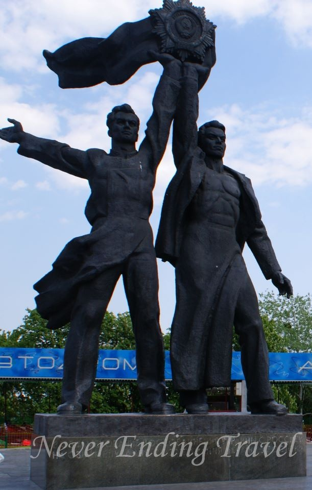 Pomnik Przyjaźni Narodów, dwie postacie, symbolizujące zaprzyjaźnione narody – ukraiński i rosyjski. //  Monument Friendship of Nations, two figures symbolizing befriended nations - Ukrainian and Russian  Kyiv