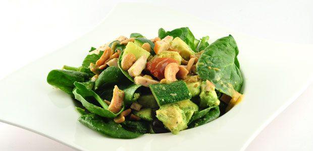 Over de spinaziesalade met gerookte kip Dit spinaziesalade met gerookte kip recept, is zo'n recept waardoor je jezelf realiseert; gezond eten is niet alleen gezond, maar ook gewoon super lekker!  Daarnaast is het recept natuurlijk ook weer …
