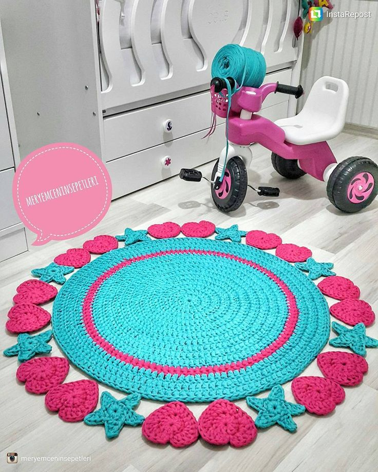 Tô adorando esses tapetes com corações e estrelas. Eu já fiz o modelo da susimiu com flores. Amei esse modelo assim também.   From @meryemceninsepetleri   #crochê #criativo #inspiration #crochet #craft #fiosdemalha #fiodemalhaecológico #handmade #feitoamão #façavocêmesmo