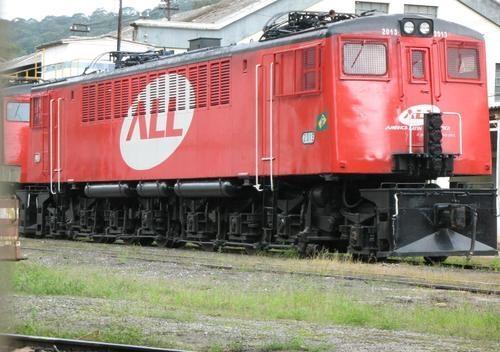 """A ALL tem uma única locomotiva elétrica, que pertencia à Estrada de Ferro Sorocabana (que operou as ferrovias entre São Paulo, Sorocaba e a parte oeste do Estado de São Paulo). Apelidada de """"Loba"""", a locomotiva foi fabricada em 1943 pela General Electric nos EUA (em plena guerra!); esta foi o que sobrou de um lote que a FEPASA operava, e hoje opera tracionando comboios de carga dentro de São Paulo."""