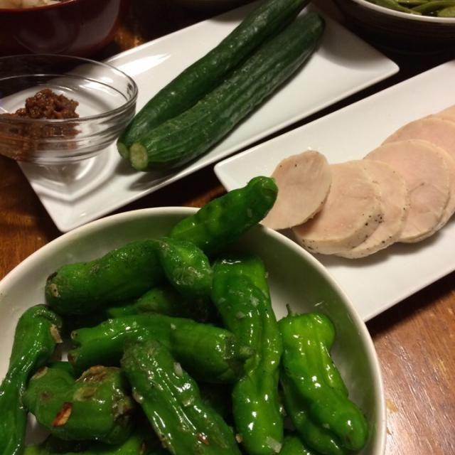 連休最後の手抜きごはーん。胡瓜が美味しい季節になって来たね。 - 11件のもぐもぐ - ししとうペペロンチーノ、鳥ハム、胡瓜、枝豆、ラタトゥイユ、鯨かやき by raku0dar