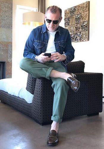 【40代・50代大人】デニムジャケット×緑パンツ×茶ローファーの着こなし(メンズ) | Italy Web