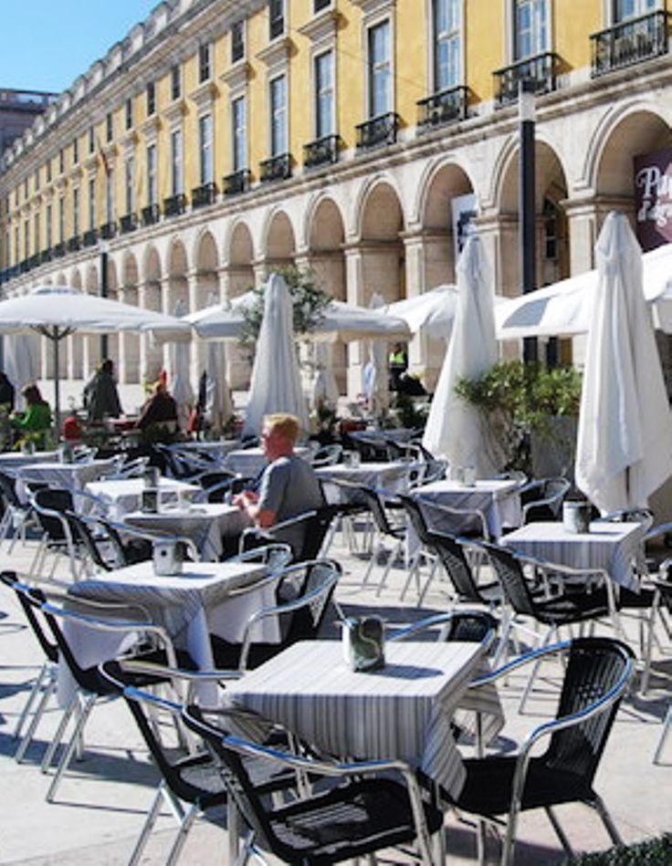 """Esplanadas na Praça do Comércio, desde 2011. - É uma das maiores praças da Europa, com cerca de 36 000 m² (180m x 200m). É considerado o """"centro oficial da capital e do governo do país""""."""