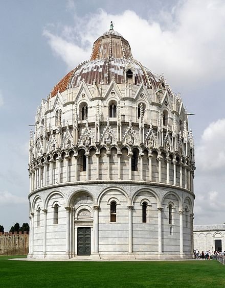 Altra prospettiva (molto bella) del battistero di San Giovanni Battista, piazza dei Miracoli, Pisa.