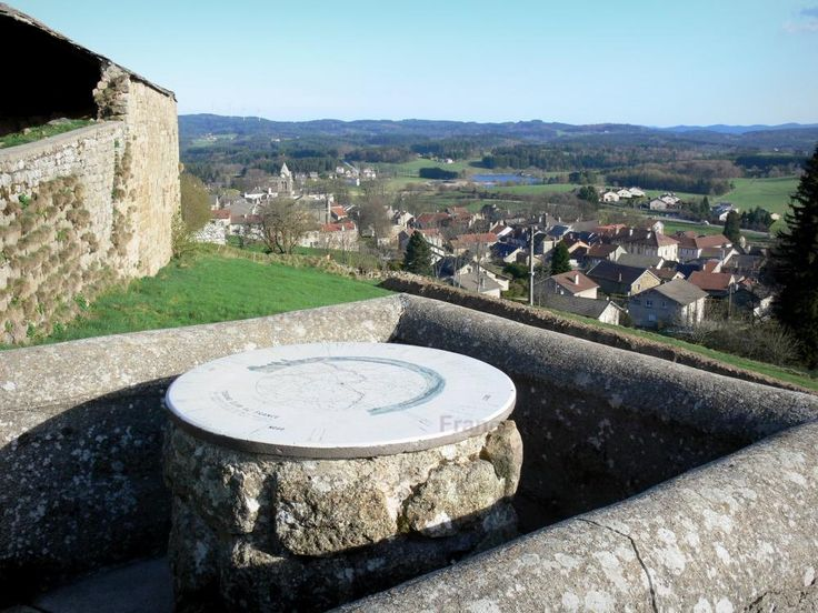 Saint-Agrève : Viewpoint indicator of Mount Chiniac overlooking the rooftops of the village of Saint-Agrève and the surrounding greenery - France-Voyage.com