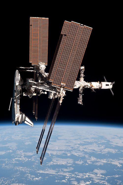 Premières photos de la navette spatiale amarrée à l'ISS