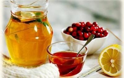 Некоторые рецепты для гипертоников включают цитрусовые. Натрите лимон на терке вместе с кожурой, добавьте по 1 ст. л. измельченных ягод шиповника и клюквы, а также стакан меда. Принимают смесь по 1 ст. л. каждый день утром и вечером.
