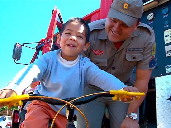 Garoto ganha presentes após emocionar bombeiros com uma carta