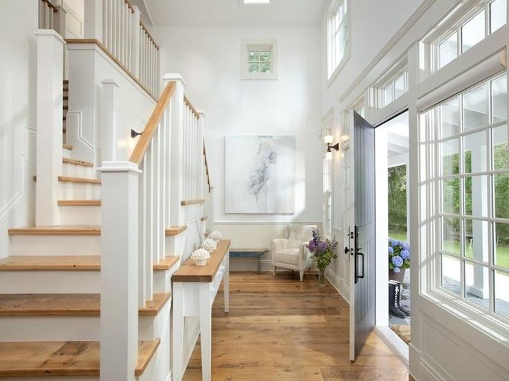 witte trap met licht houten treden