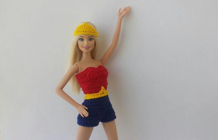 Roupa de Mulher Maravilha em crochê para a Barbie Contém: 1 roupa em crochê, fecho com colchete de pressão 1 bota em crochê 1 tiara de cabeça em crochê OBS: A boneca não está à venda Frete por conta do cliente