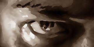 Poema: Mar de Mil Recuerdos   Por Juan Fernández  La paz dulce que llega con el pasar lento de los añosy las finas arrugas permanentes de una vida sin arrepentimientoscomo el pasar del viento sobre la arena secaque nunca pasa sin dejar huellas.  El caminar de los días pesadosel vaivén lento de brazos cansadosel lomo que se inclina como haciendo reverenciay la mirada suave de historia en su ocaso.  Los matices tenues del color ardiente de los añosarrastran consigo cada angustia y cada…