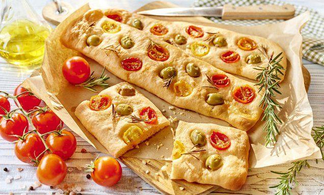 Focaccia to tradycyjna potrawa kuchni włoskiej, będąca rodzajem pieczywa drożdżowego