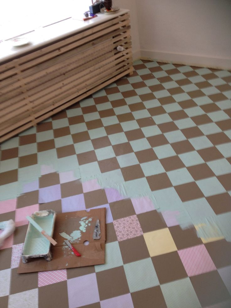 DIY tegelvloertje schilderen! Hoe we onze betonvloer voorzien van een blokjes motief: met vouwblaadjes dus! 560 vierkantjes plakken en daarna met de roller erover heen. Wat een mooi karakteristiek vloertje is het ervan geworden voor onze winkel!!