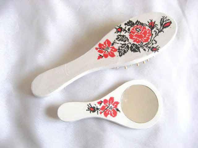 #Set cu #model #floral #stilizat, set #oglinda si #perie #par cu #flori #rosii / model #traditional #culori #rosu si #negru pe #fundal #alb http://handmade.luxdesign28.ro/produs/set-cu-model-floral-stilizat-set-oglinda-si-perie-cu-flori-rosii-29507/