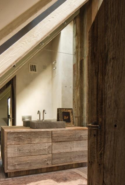 Em um dos banheiros da casa no Colorado, a cuba foi esculpida em pedra local. O utensílio está apoiado em um balcão de madeira construído com tábuas com cerca de 300 anos que foram retiradas de um celeiro