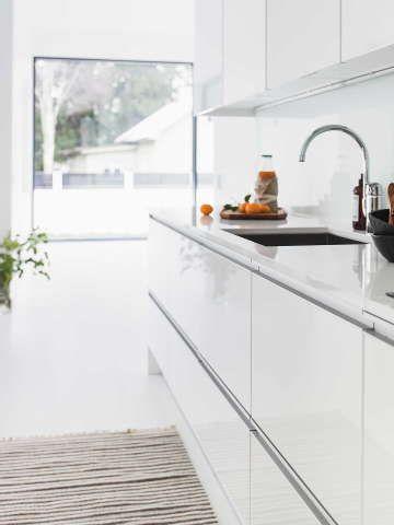 Puhtaanvalkoinen ja selkeälinjainen keittiö käy mainiosti avoimeen tilaan. #etuovisisustus #keittiö #puustelli