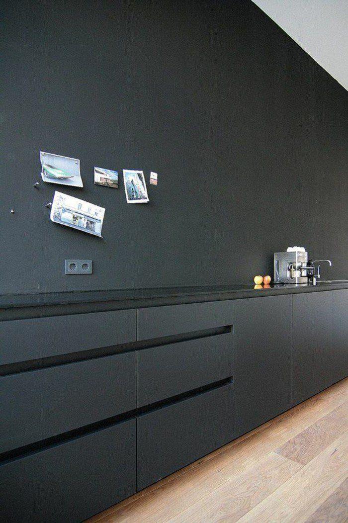 Schwarze Minimalistische Kuche Ohne Oberschranke Mit Griffleiste All Black Minimal Kitchen Dunkle Kuche Platzsparende Kuche Minimalistische Kuche