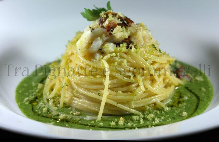 Le mie ricette - Spaghettini cotti in brodo di pomodoro, con baccalà, pomodori secchi e mollica di pane al prezzemolo, serviti con emulsione di agretti