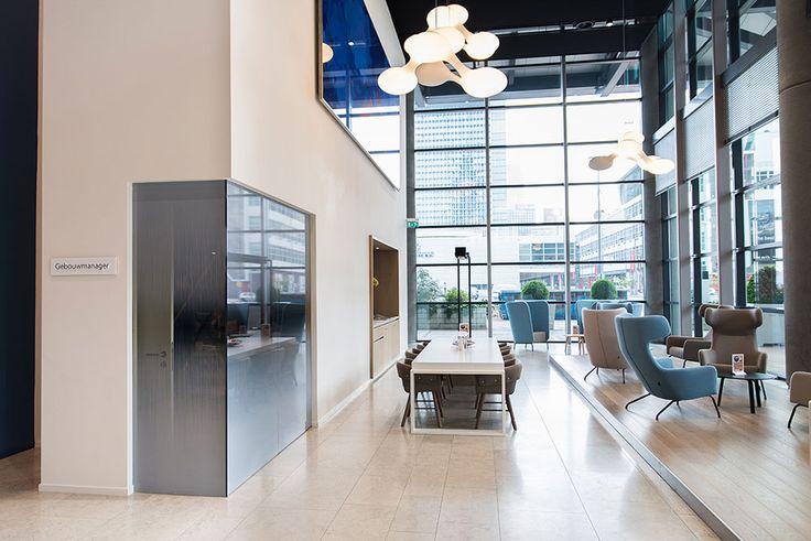 """Het World Port Center op de Wilhelminakade te Rotterdam is grondig gerenoveerd, alle etages gemoderniseerd, de centrale hal is naar een ontwerp van bureau Graziosi-Progetti compleet getransformeerd naar een modern uitnodigend entree gebied van internationale allure, passend bij de voorname huurders zoals """"Havenbedrijf Rotterdam""""."""