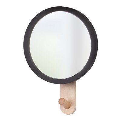 Ce miroir mural avec crochet ajoutera une touche pratique et élégante à votre vestibule. Conçu par Jordan Murphy, le rebord du miroir en caoutchouc peut également servir de deuxième crochet. Chaque crochet peut supporter jusqu'à 5 lb. Miroir en verre et cadre en bois. Matériel de montage inclus. Dimensions : 6 x 8,75 x 2,25 po.