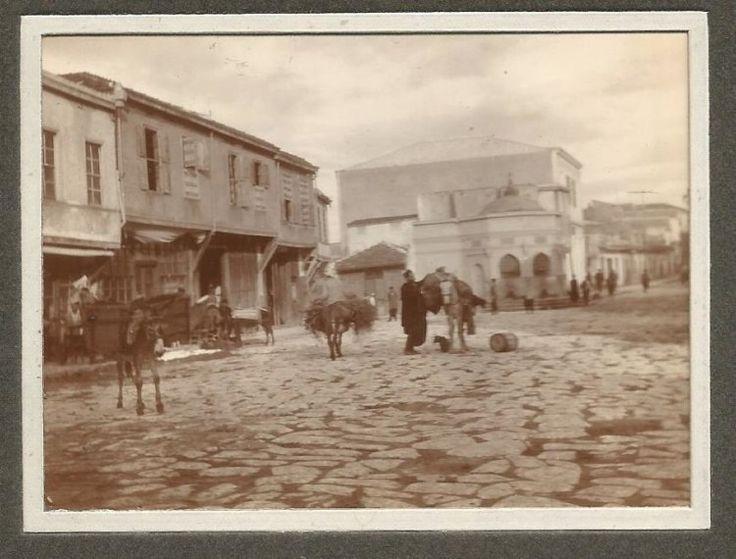 Ηράκλειο Κρήτης,1900. Η πλατεία μπροστά στη Χανιώπορτα (πύλη Παντοκράτορα), η αρχή της λεωφ. Καλοκαιρινού,η οθωμανική κρήνη Καλοψούζ και αριστερά το χαμάμ που σώζεται και σήμερα ερειπωμένο.
