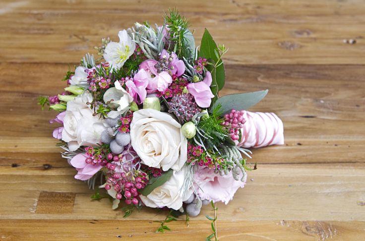 Winter-Brautstrauß, bestehend aus Alpenfeilchen, Rosen, Christrosen ...