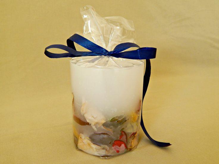 Λευκό χειροποίητο αρωματικό κερί με αποξηραμένα λουλούδια και άρωμα βιολέτας. Μικρό στρογγυλό μέγεθος. White handmade aromatic candle with flowers and violet aroma. www.kirofos.gr