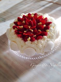 Torta Monia, torta alla frutta, fragole, Montersino, biscotto di riso, meringata, meringa, panna