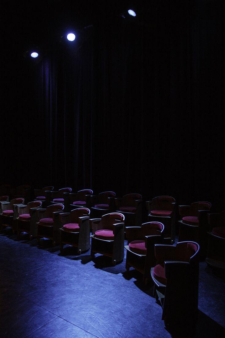 cadires a dins de l'escenari. Espectacles petit format