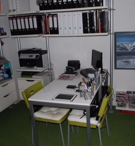 2x vierkante Ikea Tafels, wit kunststof bovenblad met zilvergrijs metalen onderstel. Afmetingen bxlxh = 75x75x74 cm. Inclusief 2 bijpassende kunststof stoelen met groene rug/zitting. De afgebeelde kussens zijn er niet meer.