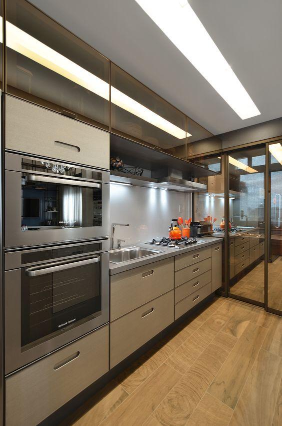 Cozinha com piso Cerâmica Portinari. Coleção Arbo HD. Kitchen, cocinã, madeira, carvalho Cross, vidro reflecta bronze.