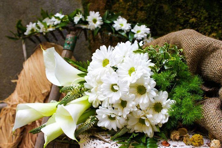 Wedding bouquet with daisies • Bouquet da sposa con margherite