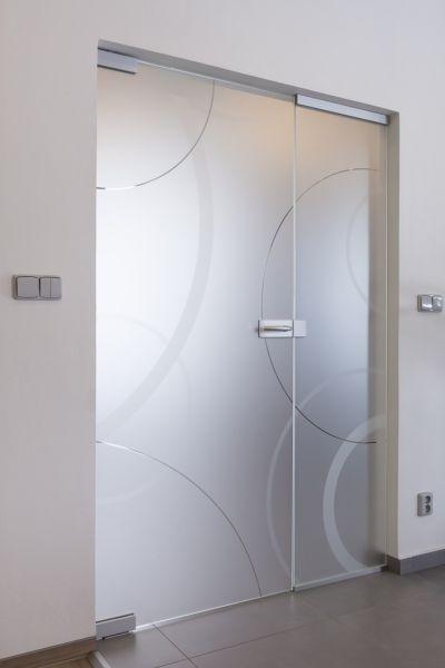 Dvoukřídlé otočné dveře Sapeli. Více na http://www.dodo-dvere.cz/cz/k/Skla-a-vitraze.aspx