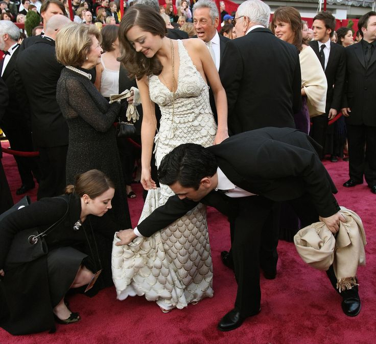 Marion Cotillard in Jean Paul Gaultier at the 2007 Oscars - with her gown wranglers.