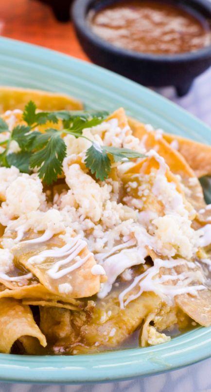 La cocina mexicana es sabrosa, picante y divertida para compartir. Y uno de los pilares de esta cocina son los chilaquiles. Los chilaquiles son trozos de tortilla de maíz que están frit