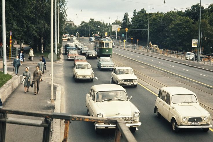 Liikennettä Mannerheimintiellä Eduskuntatalon kohdalla, Helsinki, Finland, n. 1970. (Kuva: Helsingin kaupunginmuseo)