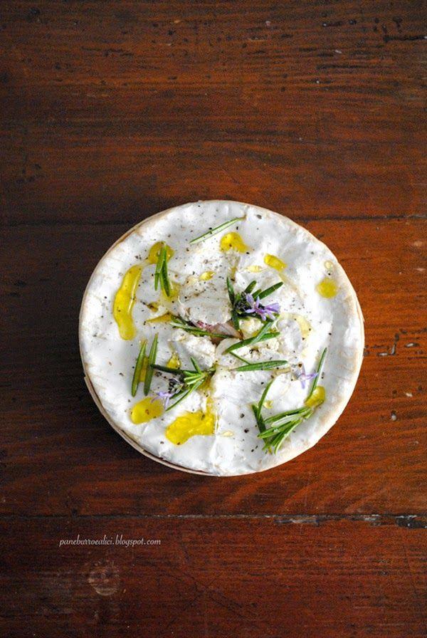 Camembert al forno con aglio e rosmarino