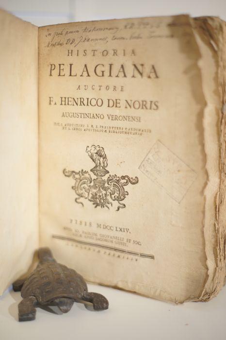 Henricus de Noris - Historia Pelagiana - 1764  Belangrijke voorstelling van de ketterse leer van Pelagius die geen erfzonde erkent en mensen op natuurlijke wijze zalig laat worden. De mens is van nature tot perfectie en onschuld in staat. Door Augustinus bestreden en in 431 door het concilie van Ephese verketterd.528 p.  4.Henry Noris was van Ierse afkomst. Hoewel beticht van Jansenisme werd hij in 1700 bibliothecaris van het Vaticaan. Geprezen voor zijn accuratesse.  EUR 1.00  Meer…