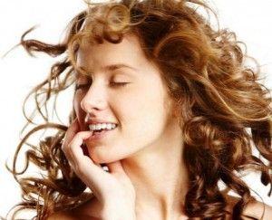 Een haarmasker speciaal voor krullend haar. Het recept zal ervoor zorgen dat je haar zachter, gezonder en pluisvrij wordt.