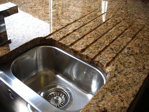 Die spezielle Versiegelung von Naturstein garantiert, dass keine Flüssigkeiten und saure Substanzen die Arbeitsplatte beschädigen.  http://www.granit-arbeitsplatten.com/preise-granitplatten-arbeitsplatten-preise