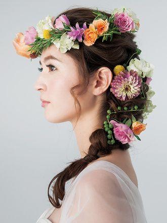 色とりどりの花冠はトーンを揃えることで上品な華やかさに ウェディングドレス・カラードレスに合う〜ラプンツェルみたいな花嫁衣装の髪型一覧〜