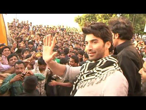 OMG ! Aditya Roy Kapoor MOBBED by fans at CCD during FITOOR promotion.