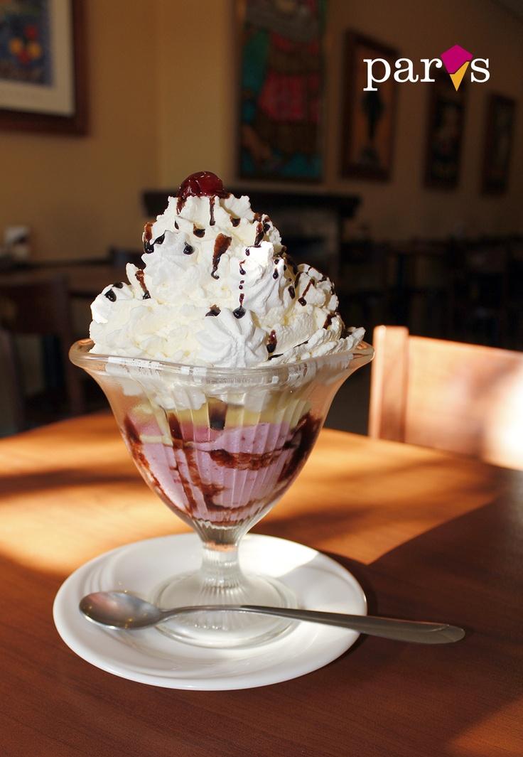 COPA MONTECARLO  Helado de vainilla y frutilla, jalea de chocolate, chantilly y besito de merengue