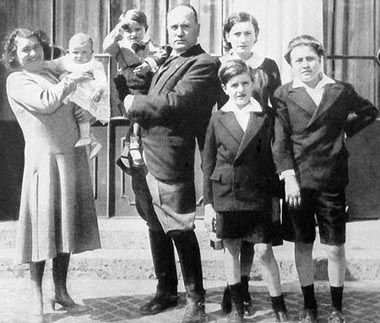 Benito Mussolini and his wife Rachele (née Guidi) surrounded by their five children. Daughter Edda was the eldest child, born out of wedlock in 1910 (her parents did not marry until December 1915). Son Vittorio was born in 1916, Bruno in 1918 and Romano in 1927. Youngest daughter Anna Maria was born in 1929