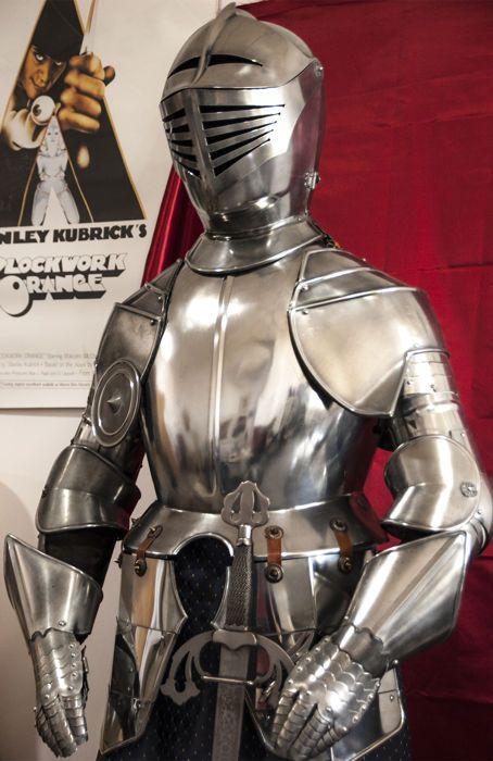 Fantastische pak harnas uit de 16de-17de eeuw gewapend met een zwaard en hersteld.  Prachtige pak harnas van Toledo in de stijl van de kostuums van bepantsering uit de 16de-17de eeuw. Antieke en gerestaureerd. Met enkele tekenen van de passage van tijd maar in perfecte staat om weer te geven in elke kamer of gebeurtenis. Ideaal voor thema feesten musea tentoonstellingen restaurants films... Het draagt een prachtige zwaard replica van het zwaard van El Cid. Alle oude maar gerenoveerd. Een…
