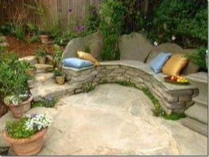 geïntegreerde stenen bank voor in kleine tuin, ideaal!