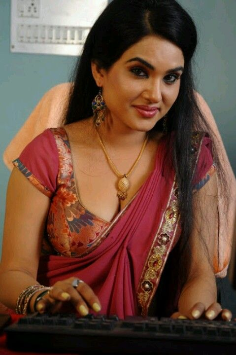 Hot Cleavage Of Indian Actress Revealing In A Saree While
