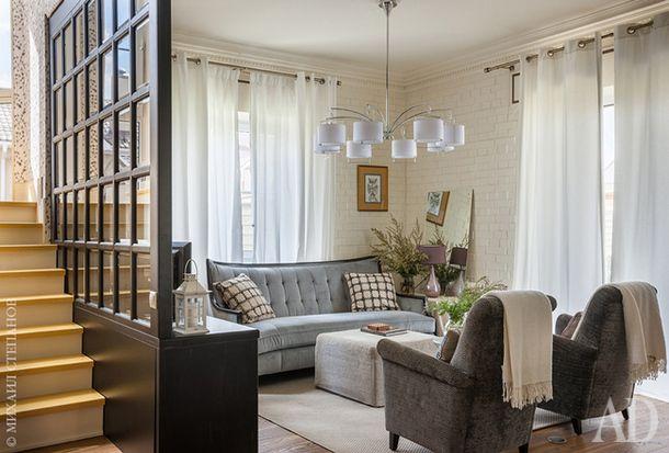Объединенная зона гостиной-столовой. Диван American Interiors. Кресла My House. Пуф Bo Concept.