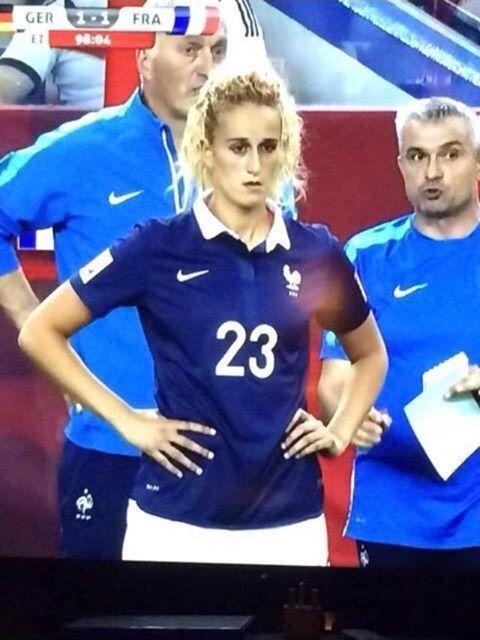Reprezentantka Francji wygląda podobnie do piłkarza Manchesteru United • Kobieca wersja Adnana Januzaja w FIFA World Cup • Zobacz >>